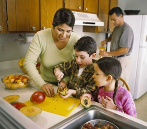 Hispanic_Family_making_fruit_salad_2